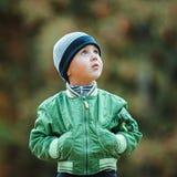 走在公园的小男孩 免版税图库摄影