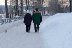 走在公园的年长夫妇照片  免版税库存照片