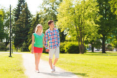 走在公园的微笑的夫妇 免版税库存图片