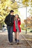 走在公园的新夫妇 免版税图库摄影