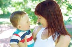 走在公园的母亲和儿子 图库摄影