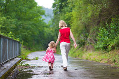 走在公园的母亲和女儿 免版税库存照片