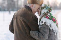 走在公园的浪漫年长夫妇后面看法  愉快的老人toghether,虽然岁月 图库摄影