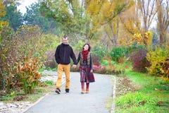 走在公园的爱恋的夫妇 免版税图库摄影