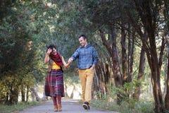 走在公园的爱恋的夫妇 库存图片