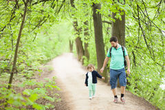 走在公园的父亲和女儿 库存图片