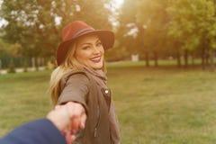 走在公园的美丽的白肤金发的女孩 库存图片