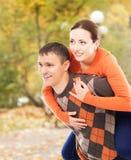 走在公园的美好和愉快的夫妇 免版税图库摄影