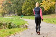 走在公园的适合的妇女 免版税库存图片