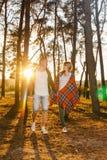 走在公园的年轻爱恋的夫妇 免版税库存照片