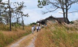 走在农村路的人们在Kep,柬埔寨 免版税图库摄影