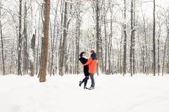 走在冬天公园的一对爱恋的夫妇 下雪,冬天 免版税库存图片