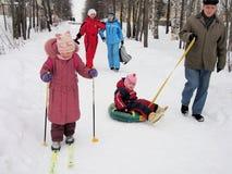 走在冬天公园的人们 库存照片