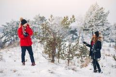 走在冬天公园的爱的夫妇 免版税图库摄影