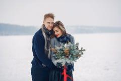 走在冬天公园的爱的夫妇 免版税库存图片