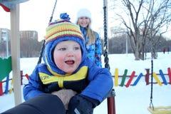 走在冬天公园的男婴 免版税库存图片