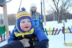 走在冬天公园的男婴 库存照片