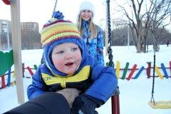 走在冬天公园的男婴 库存图片