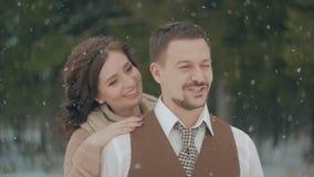 走在冬天圣诞节公园的爱恋的夫妇 降雪 股票录像