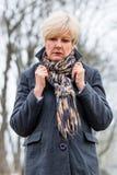 走在冬天的沮丧或哀伤的妇女 免版税库存图片
