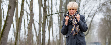 走在冬天的沮丧或哀伤的妇女 免版税图库摄影