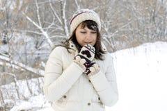 走在冬天的逗人喜爱的女孩 库存照片