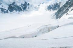 走在冰川的登山者在裂缝附近 对Mensu冰川的看法 别卢哈山地区 E 库存照片