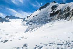 走在冰川的登山者在雪崩附近 对Berelskoe sedlo冰川的看法 别卢哈山地区 E 免版税库存照片