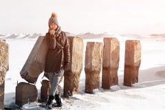 走在冻海的妇女 图库摄影