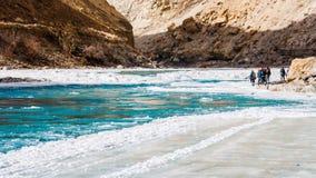 走在冻Zanskar河的人们 Chadar艰苦跋涉 Leh 印度 免版税图库摄影