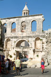 走在分裂的Diocletian宫殿前面的人们 免版税库存图片