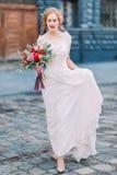 走在利沃夫州市中心街道上的美丽的白肤金发的新娘  库存照片
