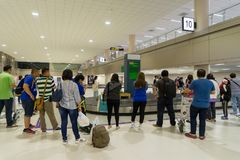 走在到来霍尔附近的访客在唐Mueang国际性组织 免版税库存图片