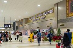 走在到来霍尔附近的访客在唐Mueang国际性组织 免版税库存照片