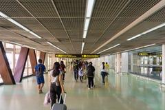 走在到来霍尔附近的访客在唐Mueang国际性组织 库存照片