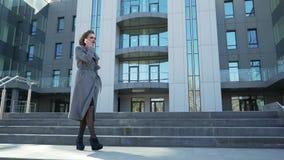 走在办公楼之外的一个美丽的年轻白种人女商人 股票录像