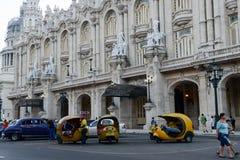 走在加利西亚宫殿前面的人们 库存图片