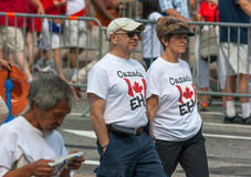 走在加拿大日的资深夫妇 免版税库存图片