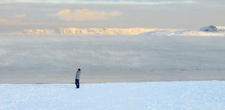 走在北极海滩的亚洲男性 免版税库存图片