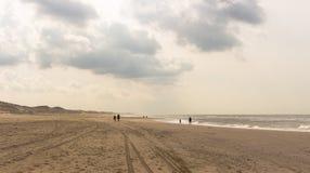 走在北hollad海滩在一部分多云天 免版税库存图片