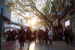 走在南京路步行街道上的人们在上海 库存照片