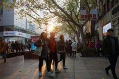 走在南京路步行街道上的人们在上海 库存图片