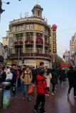 走在南京路步行街道上的人们在上海 免版税图库摄影