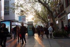 走在南京路步行街道上的人们在上海 免版税库存照片