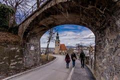 走在历史地方萨尔茨堡奥地利人旅行附近 免版税库存照片