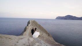 走在变色蜥蜴海角上面的小小径的新娘  股票录像
