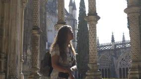 走在古老修道院里的旅游妇女 股票录像