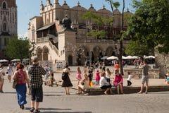 走在古老街道上的游人在波兰 免版税库存图片