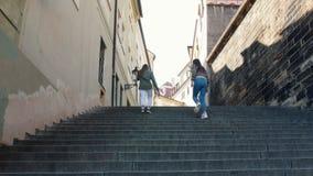 走在台阶的两年轻女人 股票录像