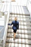 走在台阶的年轻女实业家 免版税库存照片